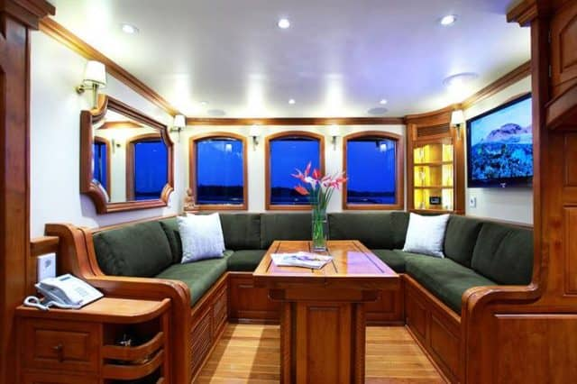 adelaar liveaboard indonesia lounge