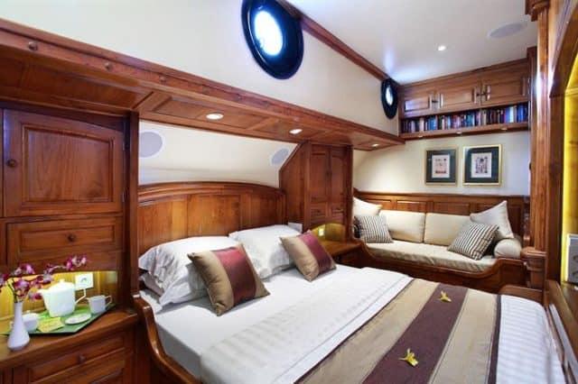 adelaar liveaboard indonesia master cabin