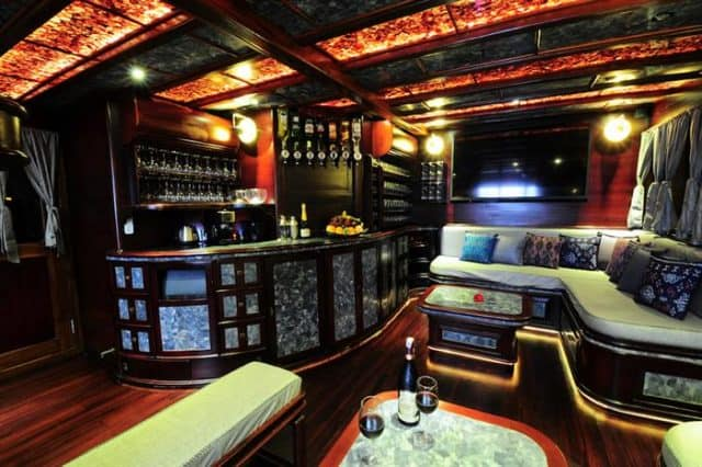 bar lounge manta mae liveaboard indonesia komodo diving