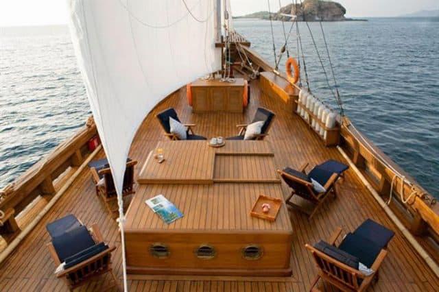 lounge deck mantra liveaboard scuba diving komodo