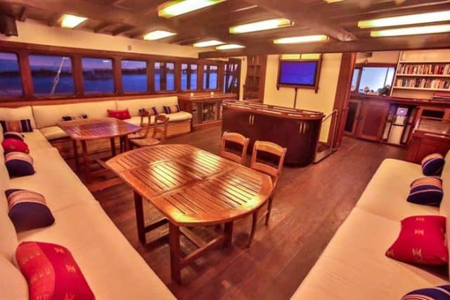 lounge ombak putih liveaboard diving cruise indonesia
