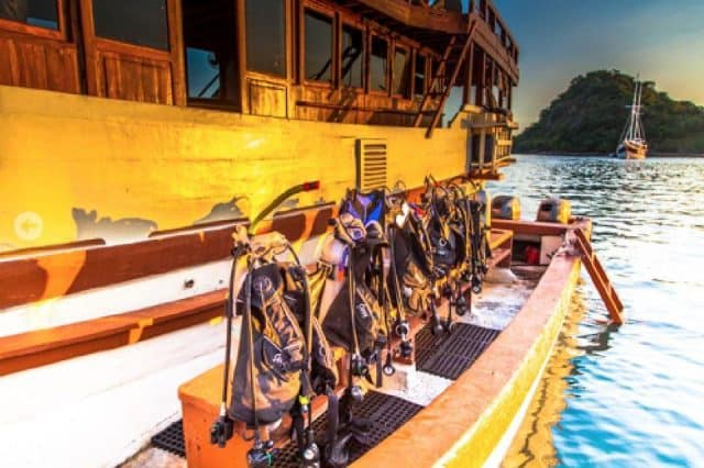 dive deck lalunia liveaboard charter diving cruise komodo indonesia