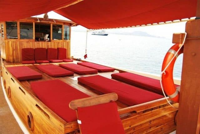 sun deck lalunia liveaboard charter diving cruise komodo indonesia