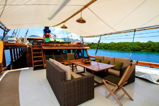 outdoor wellenreng liveaboard scuba diving indonesia